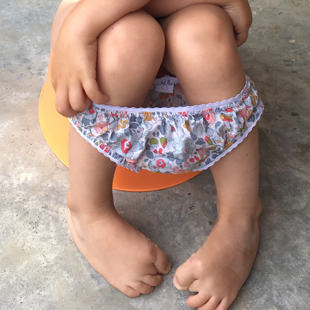 petite fille sur le pot fini les couches culotte liberty jolipim